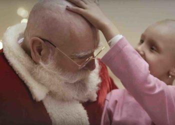 Djeda Mraz obrijao glavu da pokaže suosjećanje sa bolesnom djecom u ovom oglasu za Canon
